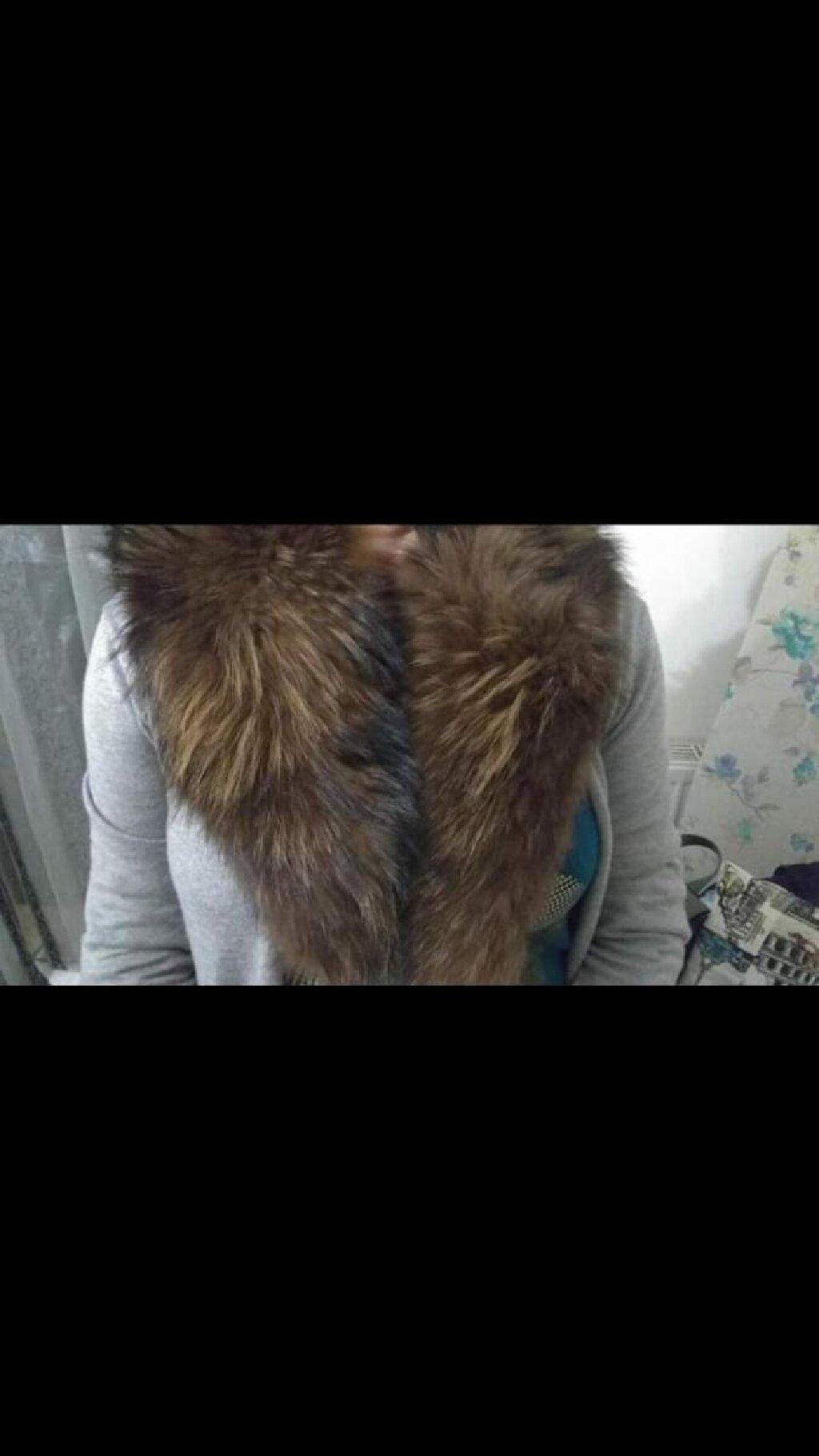 Πωλείται γούνα για παλτό η οποία τυλίγει περιμετρικά τον αυχένα και κουμπώνει μπροστά με κουμπί