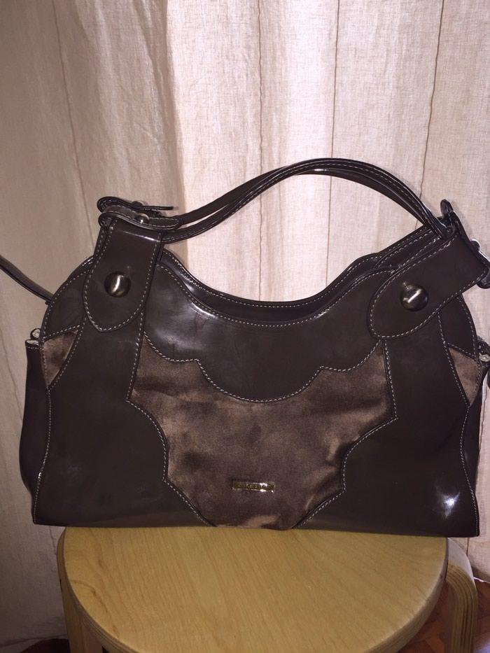 Τσάντα μικρή guess 30€ Τσαντα μεγάλη Charles and Keith 30€. Photo 2