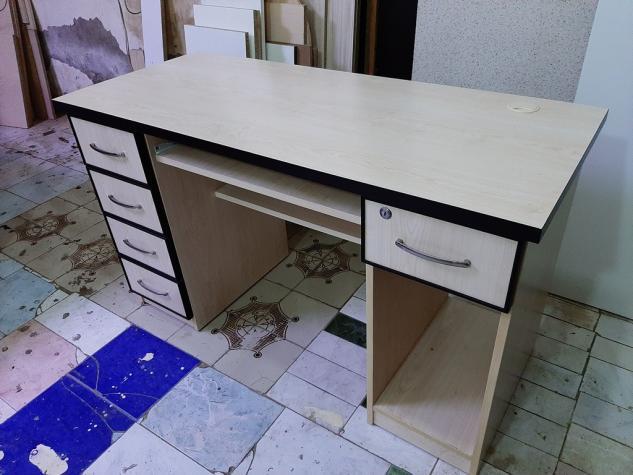 Kompyuter stolu satiram. Ela viziyettedir