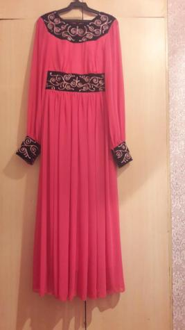 Продается новое платье в национальном стиле, на рост 158-160, ручная вышивка, цвет каралловый, размер с-м,  цена 5000,торг минимальный