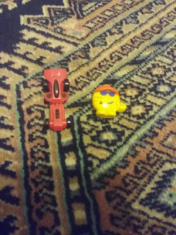 2 φιγουρες μικρες απο kinder για αγορια 1 αυτοκινητακι και ενα emogi