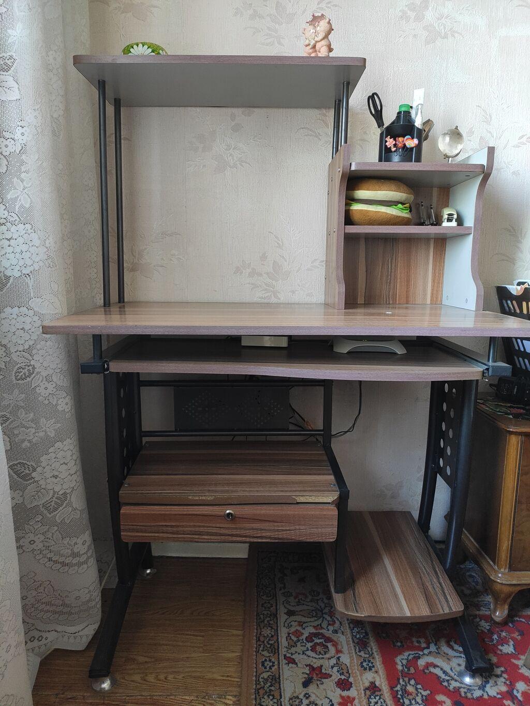 Продается компьютерный стол. Цена: 2000 сом: Продается компьютерный стол. Цена: 2000 сом
