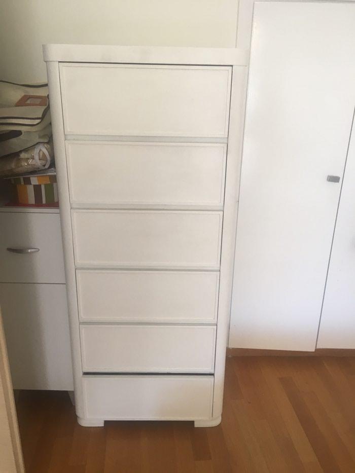 Κρεβατοκάμαρα κρεβάτι δύο κομοδίνα μία συρταριέρα όλα μαζί 200 €. Photo 1