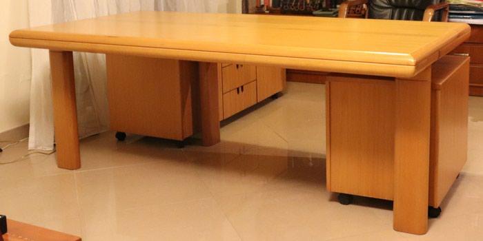 Διευθυντικό γραφείο με τροχήλατο βοηθητικό έπιπλο, μία τροχήλατη συρταριέρα και 3 πολύ άνετες δερμάτινες καρέκλες/πολυθρόνες