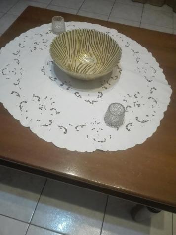 Βάζο χρυσού χρώματος με λευκές λεπτομέρειες (ελαφρώς μεταχειρισμένο). Photo 3