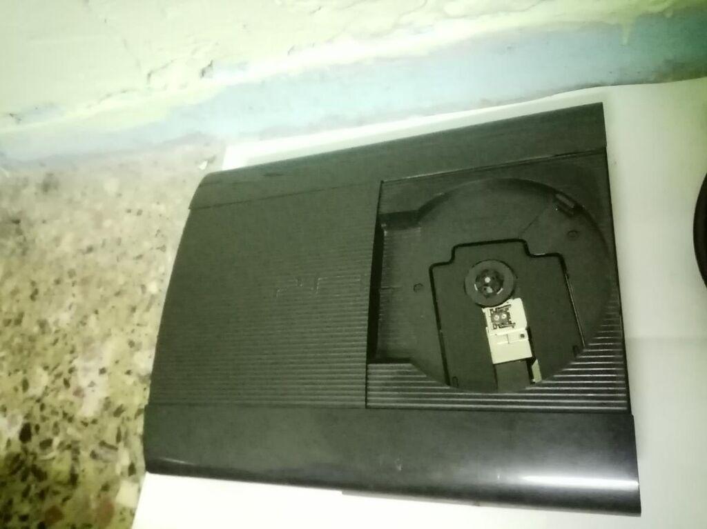 Πωλείται PlayStation 3 500GB με τα καλώδια του και ένα τηλεχειριστήριο και με 10 παιχνίδια : Call of duty MW3 , PES 2013 , watch dogs , Call of duty GHOSTS , GTA V , Sleeping dogs , GTA IV , BOURNE , GOD OF WAR , ASSASSIN CREED