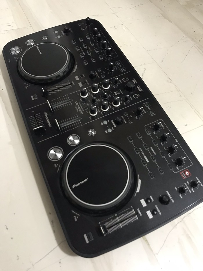 Pioneer DDJ-ERGO LIMITED DJ Controller. Photo 0