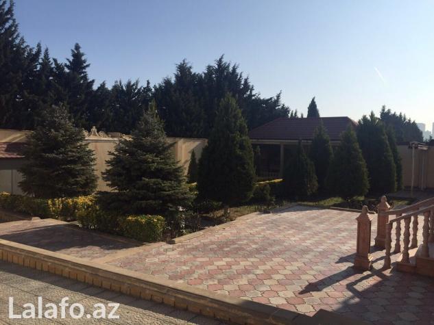 Bakı şəhərində Bakixanovda merkezde 12 sotun icinde 2 mertebeli 10 otaqli villa