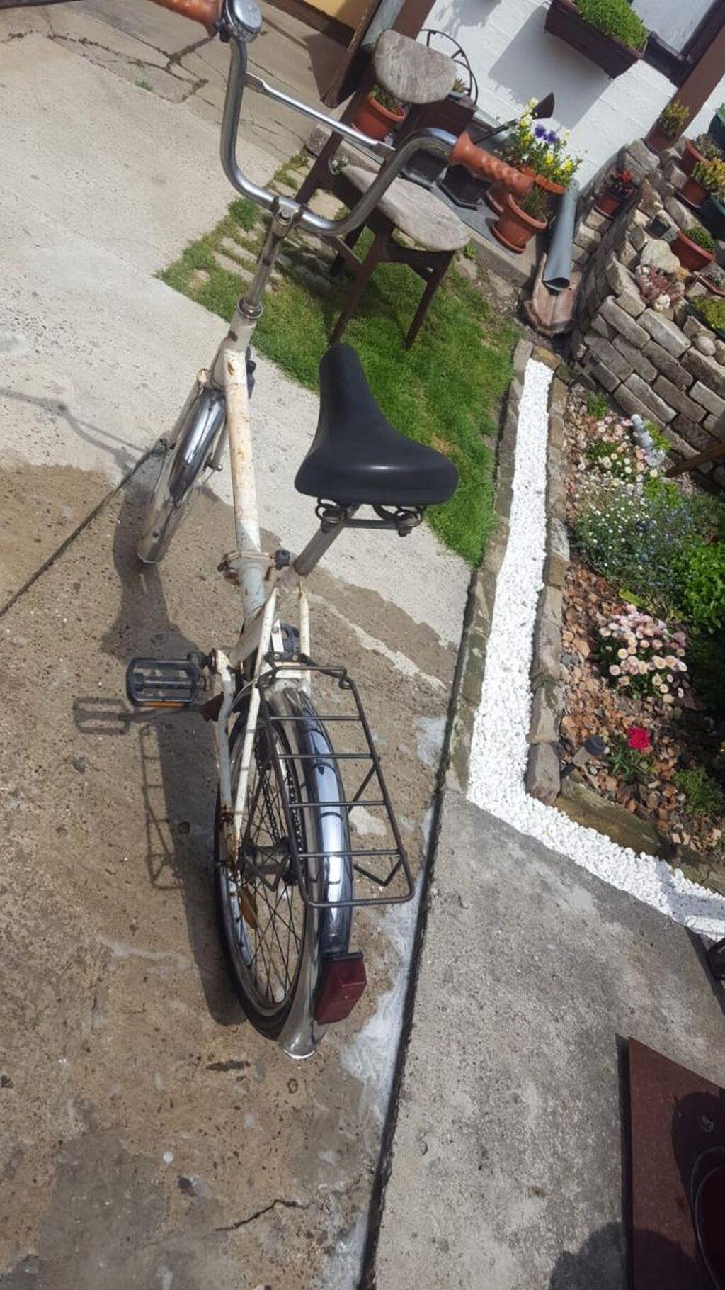 Bicikla starijeg modela u ispravnom stanju, ali sa vidljivim tragovima korišćenja