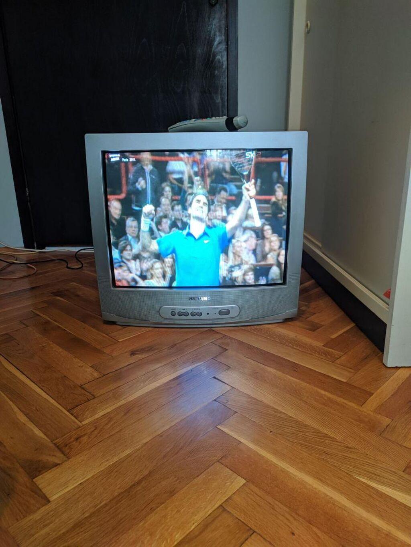Televizor pronadjen u garaži, upaljen, slika skače 5s i dalje sve redovno