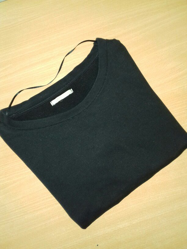 Crna duks majica . Univerzalna velicina. Nema ostecenja .. Photo 3