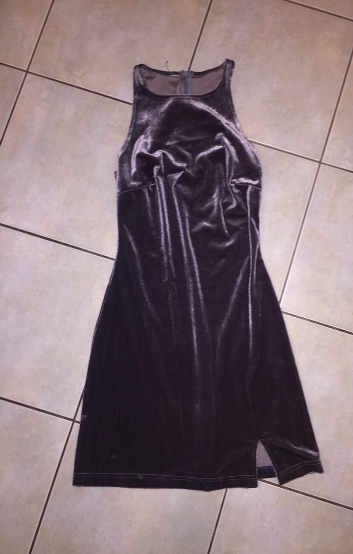 Γκρι - ασημί βελουτέ μίνι φορεμα με παρτούς όμους