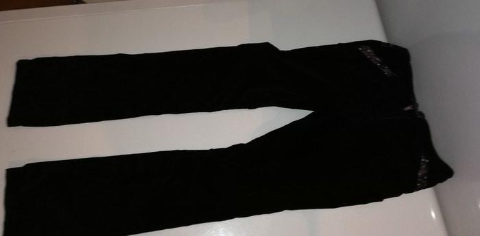 Pantalone crne plisane sa roze detaljima i cipkom na dzepovima