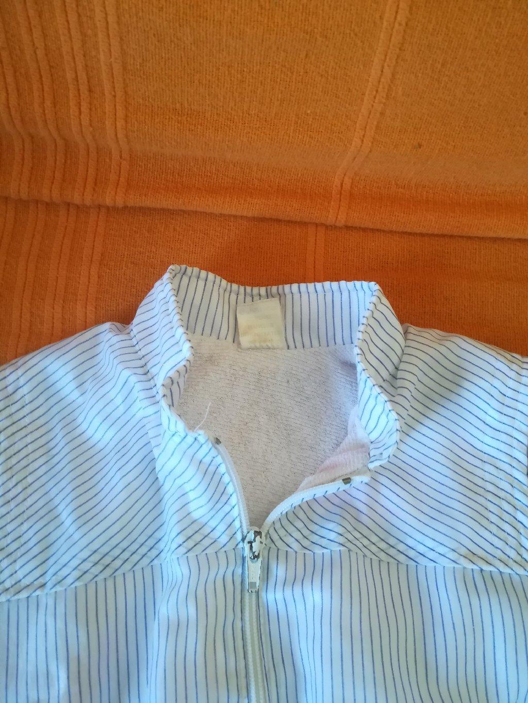 Bela jaknica za proleće sa rajfešlusom vel 94, obim ispod pazuha 60 cm, dužina 35 cm, nošena ali očuvana, sa unutrašnje strane ima gotovo nevidljive plave fleke-ne vide se sa spoljašnje strane