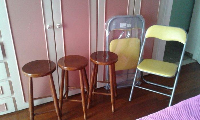3 ξύλινα  σκαμπό  και 2 πτυσομενες  κίτρινες καινούργιες  καρεκλες  . Photo 2