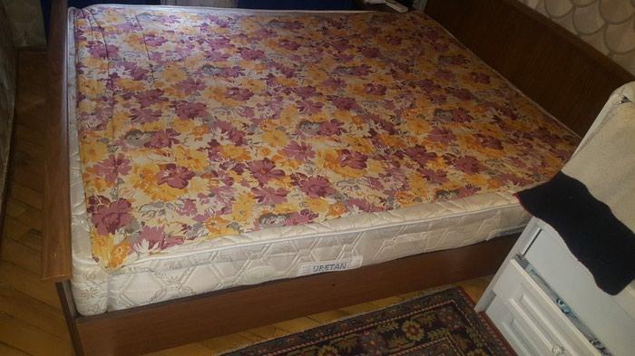 Кровать, комод с зеркалом, шкаф, и 2 тумбы в нормальном состоянии.. Photo 2
