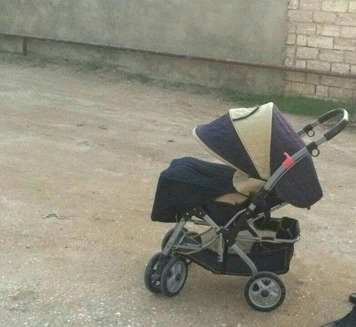 Bakı şəhərində uşaq arabası satılır