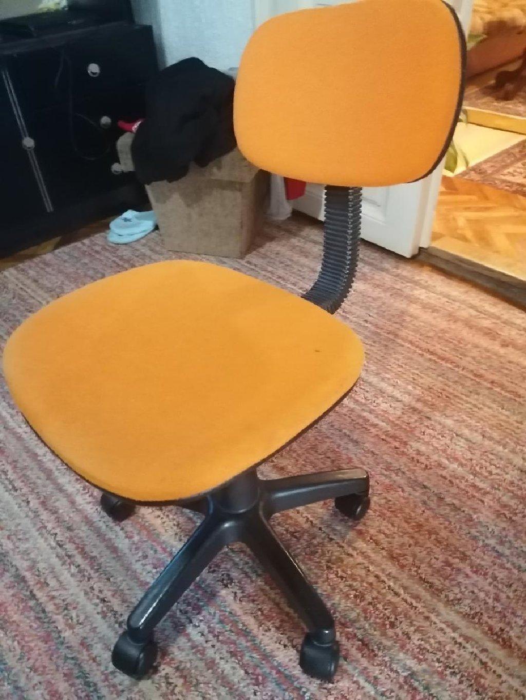 Kompijuterska stolica u dobrom stanju sa vidljivim tragovima korišćenja
