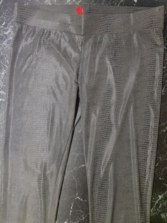 Helanke sive kao krljust, mokra likra, vero moda velicina S-M-L, ( pise M al su jako rastegljive) nosene par puta kao nove