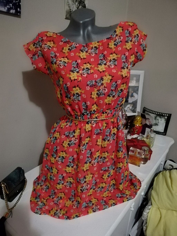 Preslatka haljinica Prava letnja Ima gumu u struku Savršeno stojiModel: Preslatka haljinica Prava letnja Ima gumu u struku Savršeno stojiModel