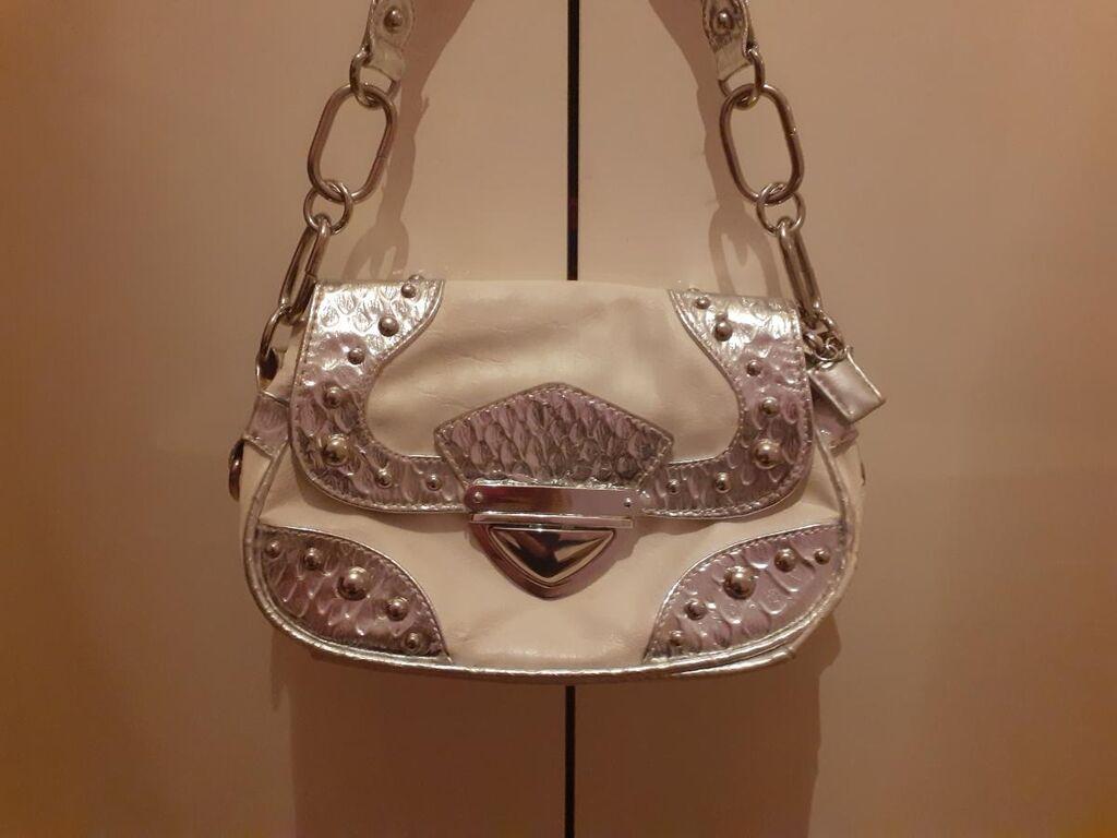 Totbica belo-srebrna atraktivnog izgleda za sve kombinacije Jedina stvar od svih koje prodajem da sam je koristila,ali je u dobrom stanju ! Odlična za izlaske i elegantne kombinacije♡♡♡
