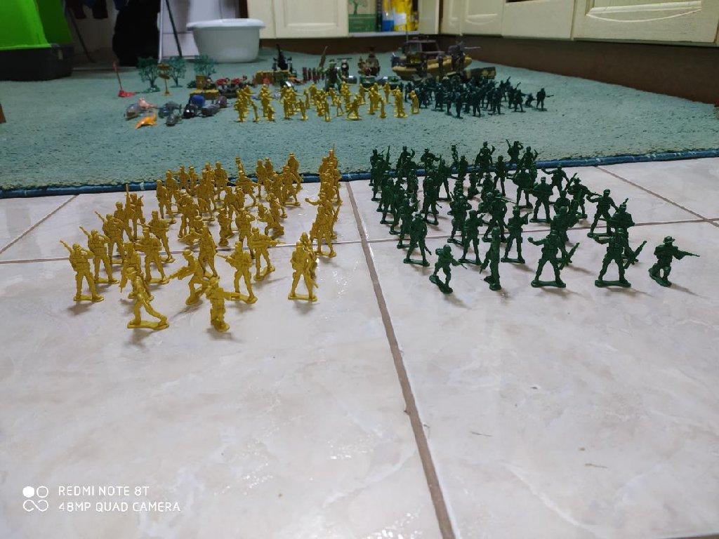 Πολλά στρατιωτακια σε 4 διαφορετικά χρώματα σε άριστη κατάσταση και ακόμα πολλά στρατιωτικά οχήματα και αντικιμενα