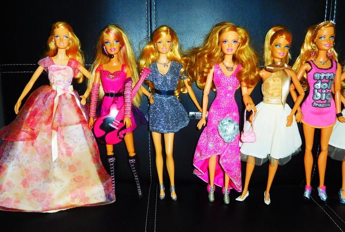 15 συλλεκτικές Barbie όπως απεικονίζονται (με όλα τα ρούχα και αξεσουάρ που φαίνονται στις φωτογραφίες),  σε άριστη κατάσταση από συλλέκτρια