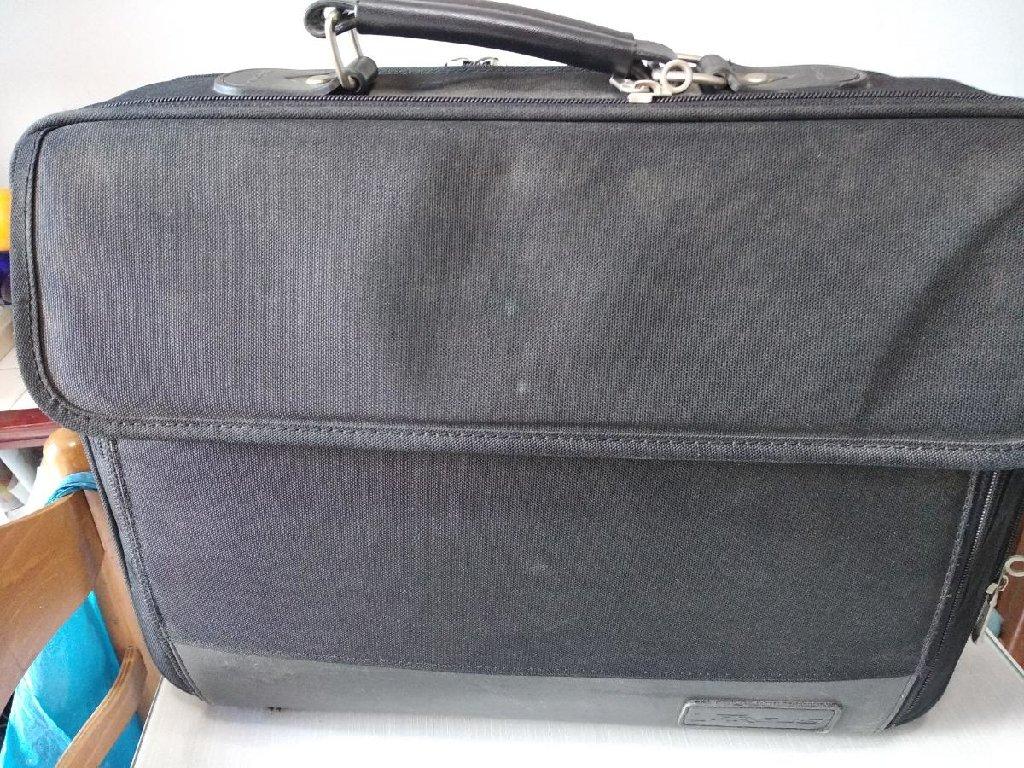 Πωλούνται 2 τσάντες μεταφοράς laptop σε άριστη κατάσταση