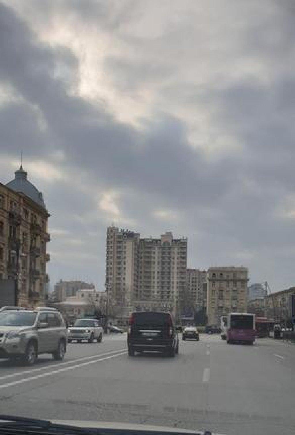 Qaz və Çıxarış! Yasamal rayonu, Nizami metrosu və Mərkəzi Univermaq (MUM) yaxınlıqında yüksək arxitektur quruluşda  inşa edilmiş, aqlay üzülüklü binada 4 otaqlı təmirsiz mənzil satılır