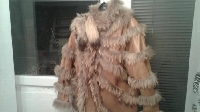 Unikatna bunda,rucno radjena u Italiji,mnogo placena,nosena dve zime,ne konstantno ,model je na preklop tako da moze od s-xl osobe da nose
