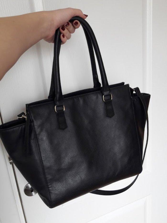 H&m crna torba sa zlatnim detaljima, moze se nositi u ruci i na ra - Beograd