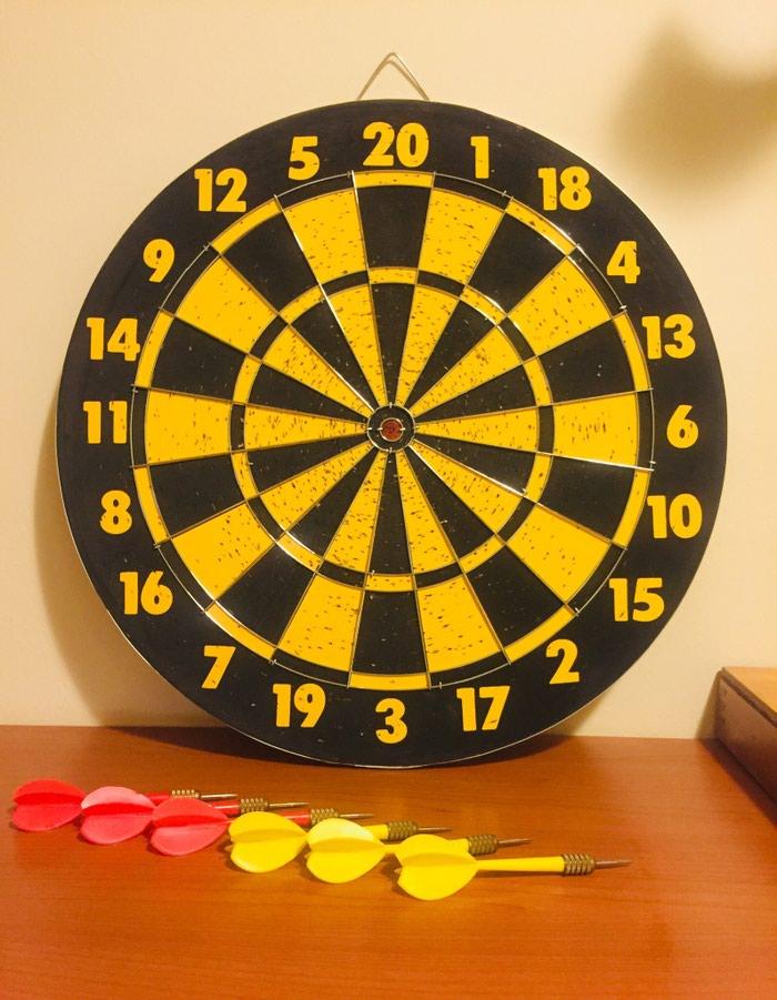 Κλασικός στόχος στόχευσης, διπλής όψης, με 6 ακονισμένα βελάκια των 8 γραμμαρίων, (3 κόκκινα και 3 κίτρινα) σε άριστη κατάσταση