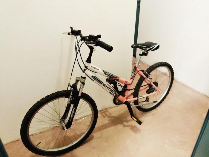 Μεταχειρισμένο γυναικείο ποδήλατο σε πολύ καλή κατάσταση με ταχύτητες  σε ροζ - λευκη αποχρωση