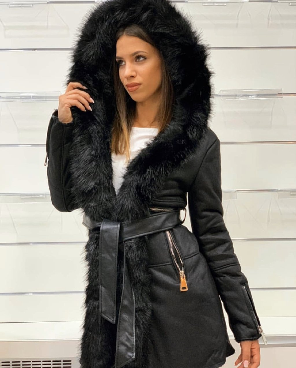 Ženski kaputi - Vrbas: Kaput/ monoton sa krznom, placen 150€, proban samo, isti kao sa slike :) vel XL- do 80 kg odgovara vel