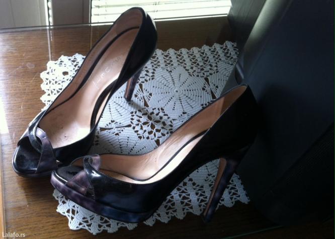 Zenske cipele italijanske, dobro ocuvane, lakovane u crnoj boji u kombinaciji sa tigrastom na stikli i manjoj platformi