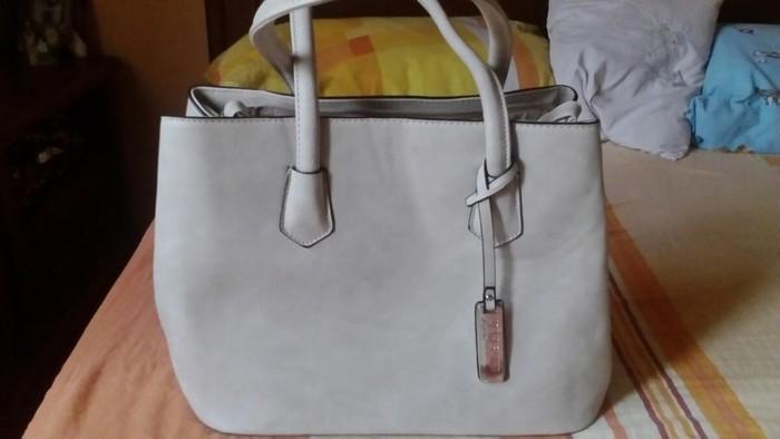 Izuzetna torba čvrsta i kvalitetna. Par puta nosena