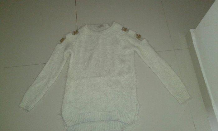Košulje i bluze - Backa Palanka: Dzemper bele boje sa otvorima na ramenima i rukavima umetnut zlatni vez prelep novo sve velicine