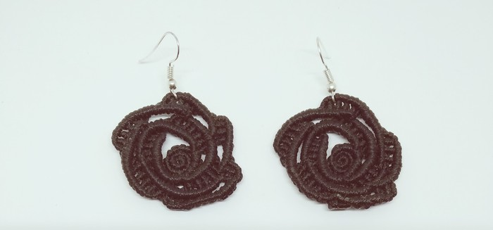 Σκουλαρίκια μακραμέ ''Τριαντάφυλλο'' σε μαύρο χρώμα  Κωδικός: GKSK002. Photo 0