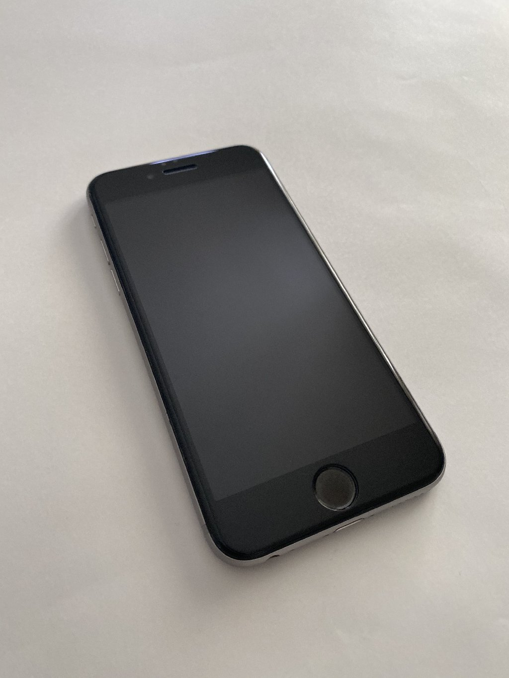 IPhone 6 in excellent condition, minor scratches at the back part