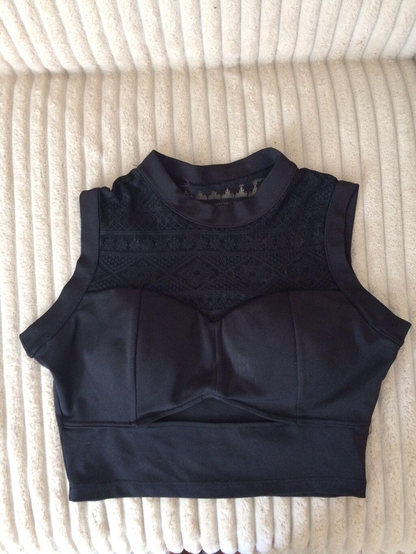 Crop top crna majica sa cipksom