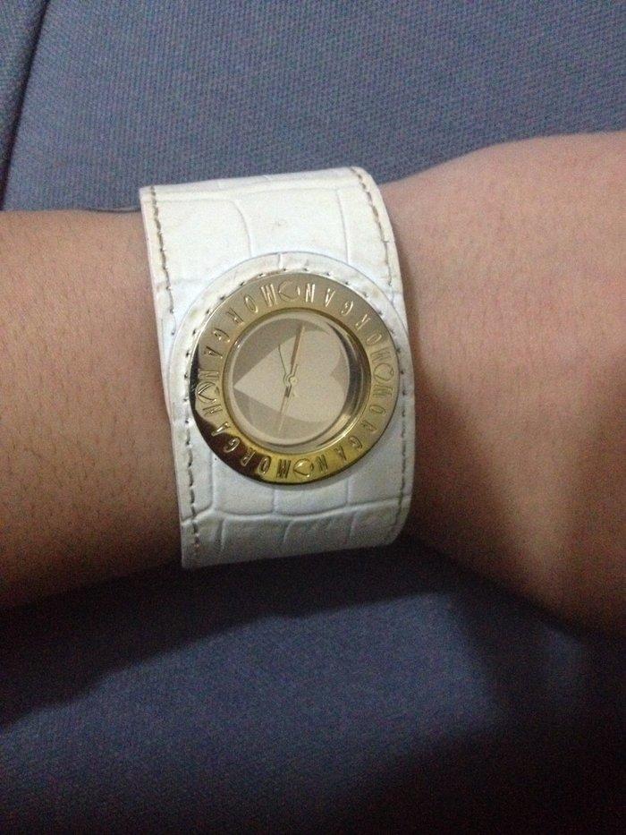 Morgan original zenski kozni sat beli, vidi se sa unutrasnje strane da - Odzaci
