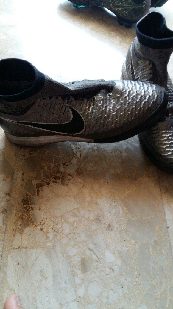 Τα ποδοσφαιρικά παπούτσια είναι σε. Photo 1