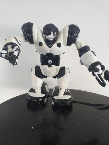 Παιχνίδι ρομπότ. Δεν λειτουργεί. Έχει διαστασεις περίπου 30×20 εκ.. Photo 0