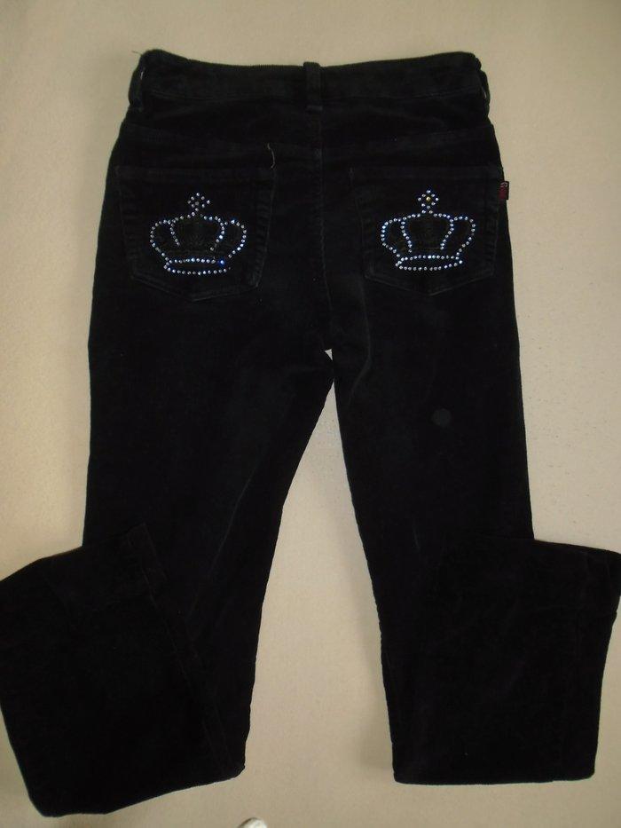 Crne, somotske pantalone sa krunama od kristalčića na zadnjim dzepovima, veličine 36
