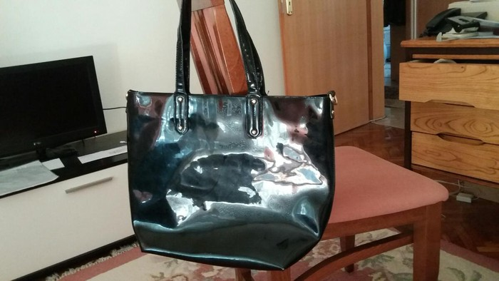 Velika lakovana crna torba od eko koze vrlo malo koriscena
