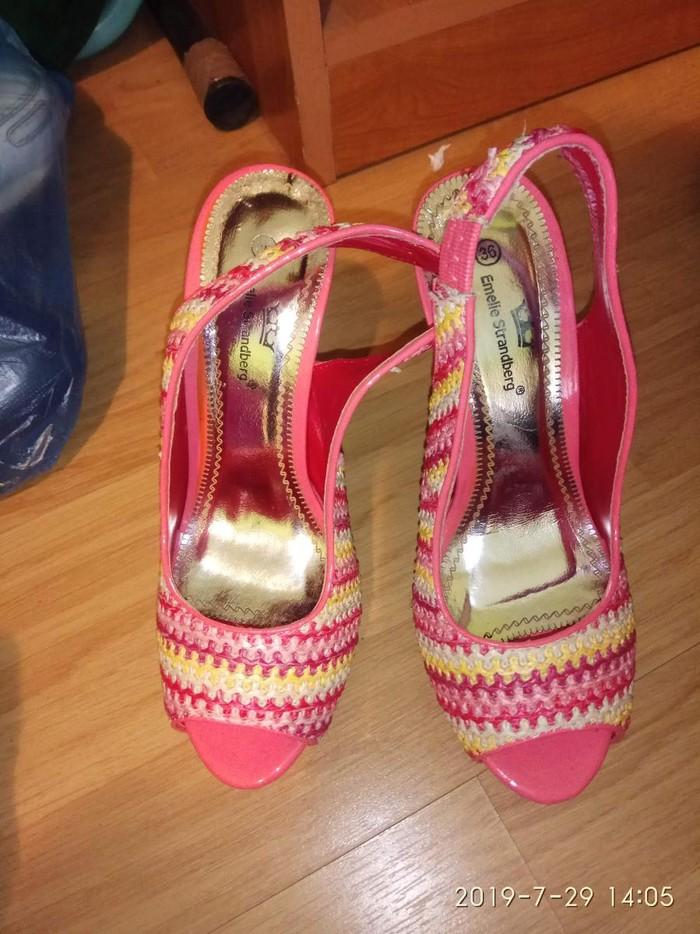 Ženska obuća - Batajnica: Dva para. 36 br