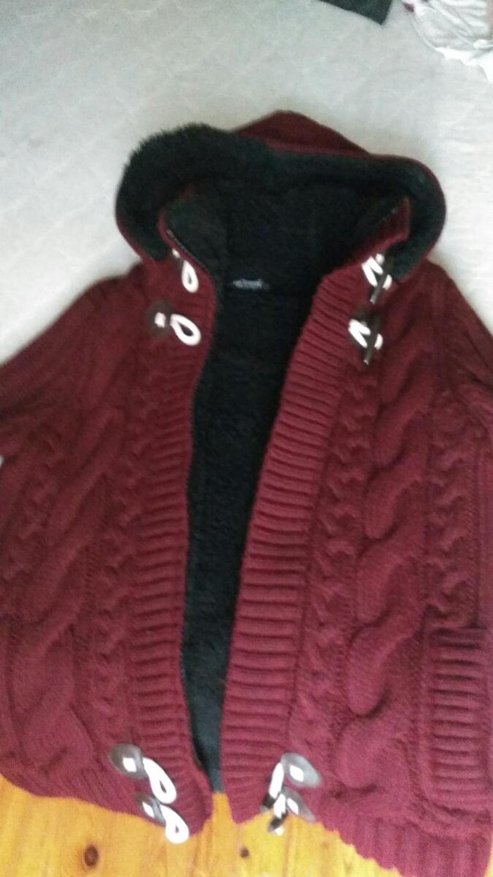 Ζακέτα μπορντό με επένδυση πολύ ζεστή και αποσπώμενη κουκούλα που βγαίνει,σχεδόν καινούργια μόνο δύο φορές φορεμένη σε μέγεθος large αγορασμενη 50ευρω
