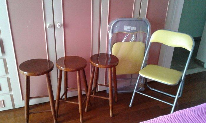 3 ξύλινα  σκαμπό  και 2 πτυσομενες  κίτρινες καινούργιες  καρεκλες  . Photo 1
