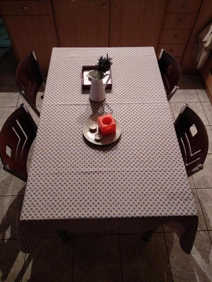Τραπέζι με 4 καρέκλες, σε πολύ καλή κατάσταση, πωλείται λόγω αντικατάστασης με μικρότερο