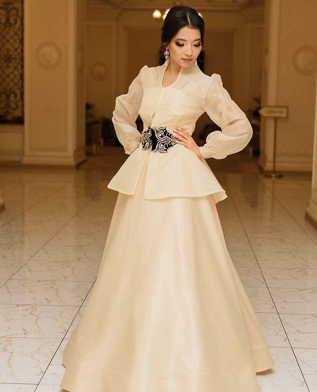 Платье сшито из дубайского атласа здесь ,тройка отдельный корсет, юбка и камзол ,очень универсальная на камзоле вышивка из бархата размер 42/44